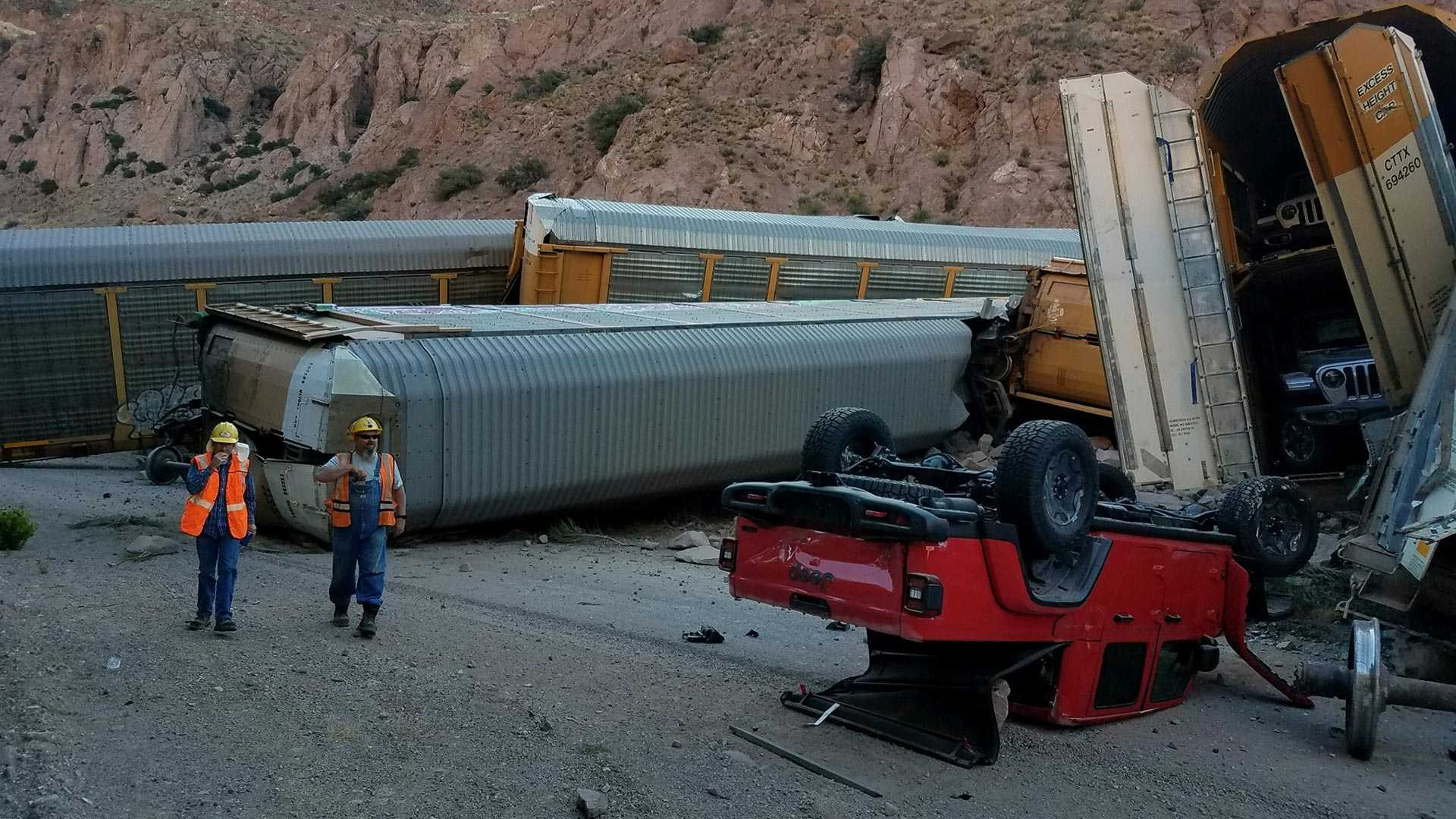 В США поезд сошёл с рельсов, уничтожив 33 новеньких автомобиля 2