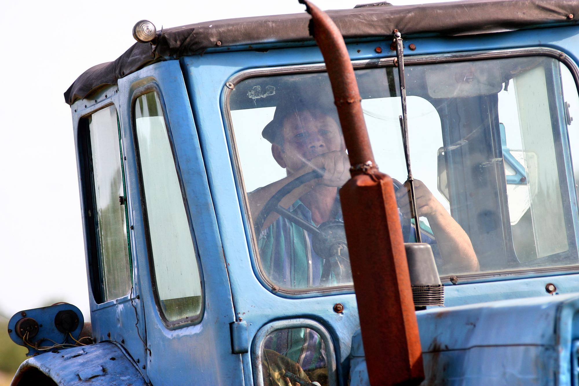 ГАИ Беларуси придумала новый способ, чтобы трактористы не пили 1