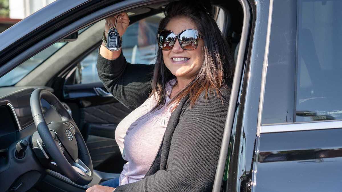 Hyundai подарил многодетной семье новый автомобиль 1