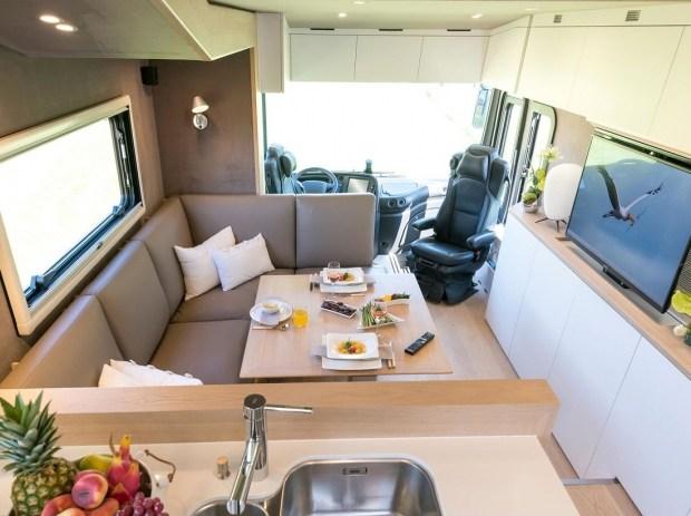 Дом на колесах на базе Volvo со встроенным гаражом оценили 1,5 миллиона евро 2