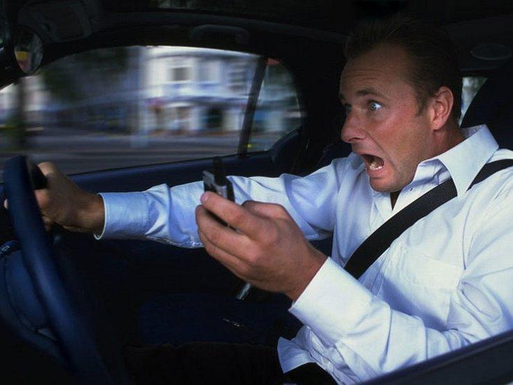 Когда за разговор по телефону забирают водительские права 1