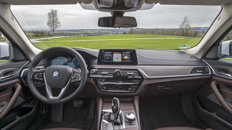 BMW показала обновленный гибридный седан BMW 530e 2