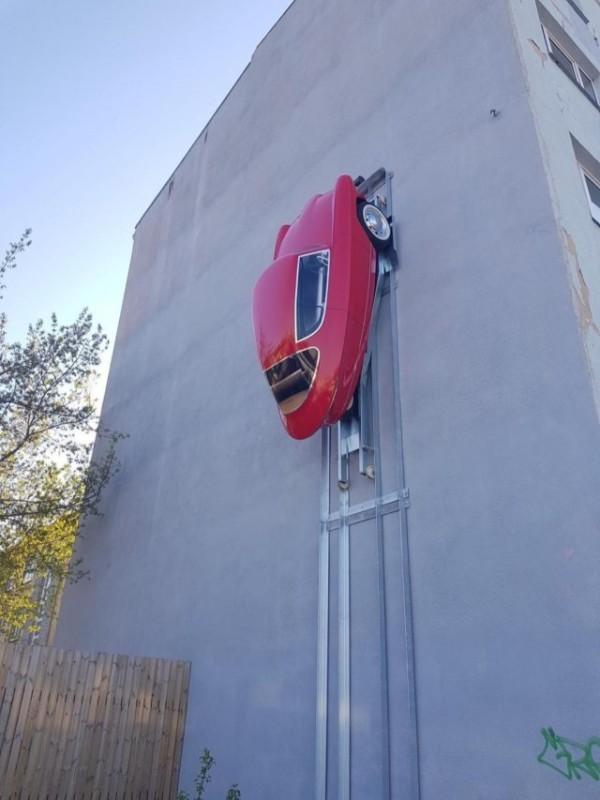 Автомобиль-паук: в Эстонии показали машину, которая паркуется на стенах 1
