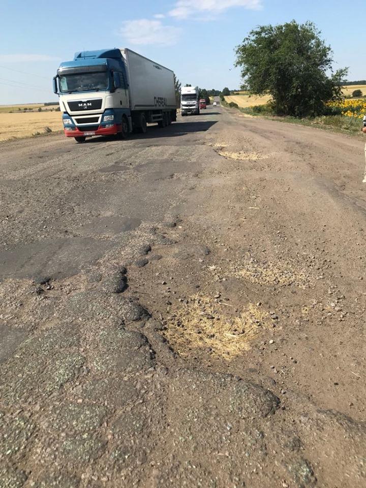 В Сети показали ужасное состояние украинской дороги 1