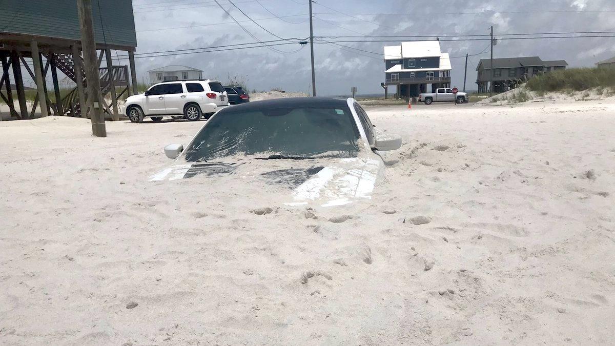 Ураган закопал Dodge Charger в песок 1