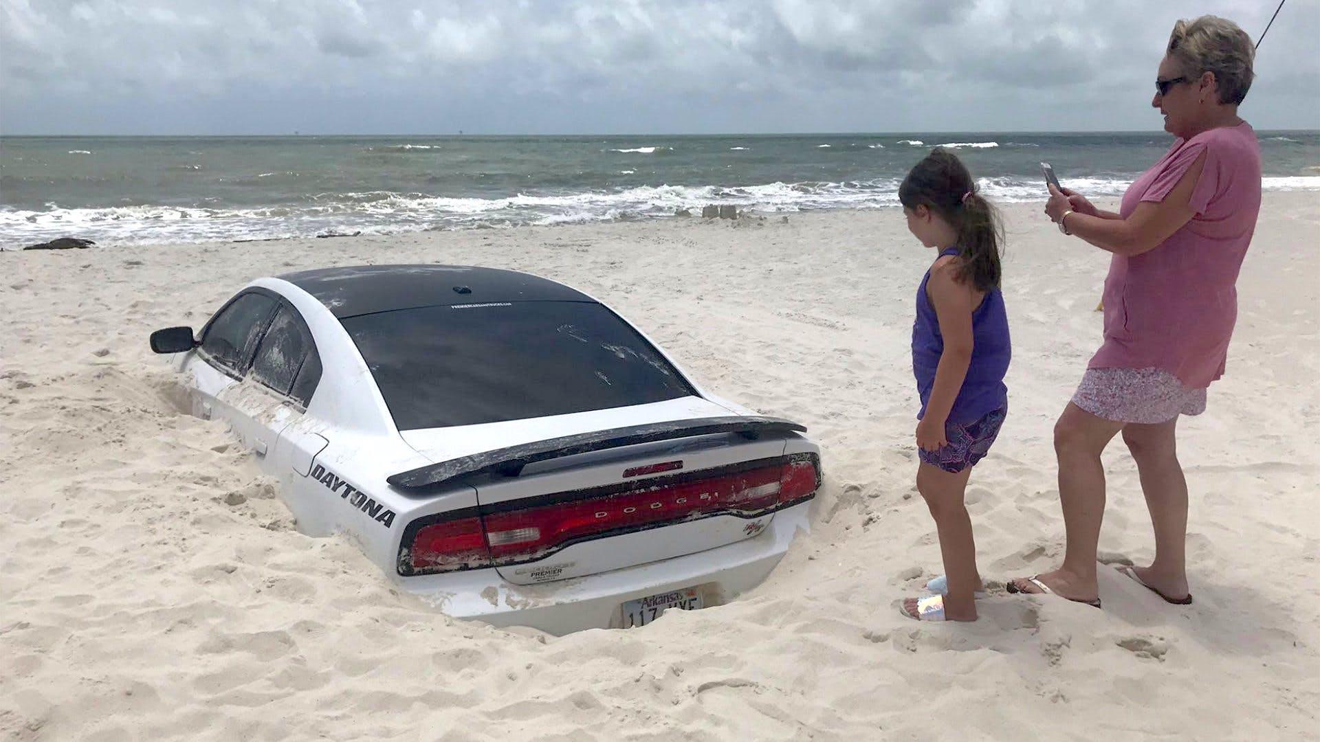 Ураган закопал Dodge Charger в песок 2
