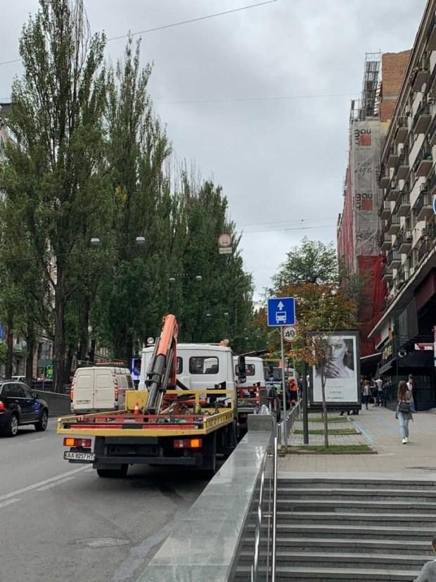 В Киеве начали эвакуировать все автомобили без разбора 1