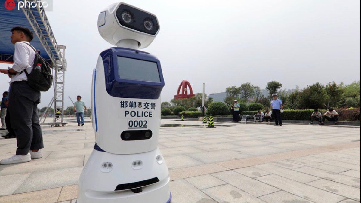 Роботы-полицейские на колёсах появились на улицах Китая 2