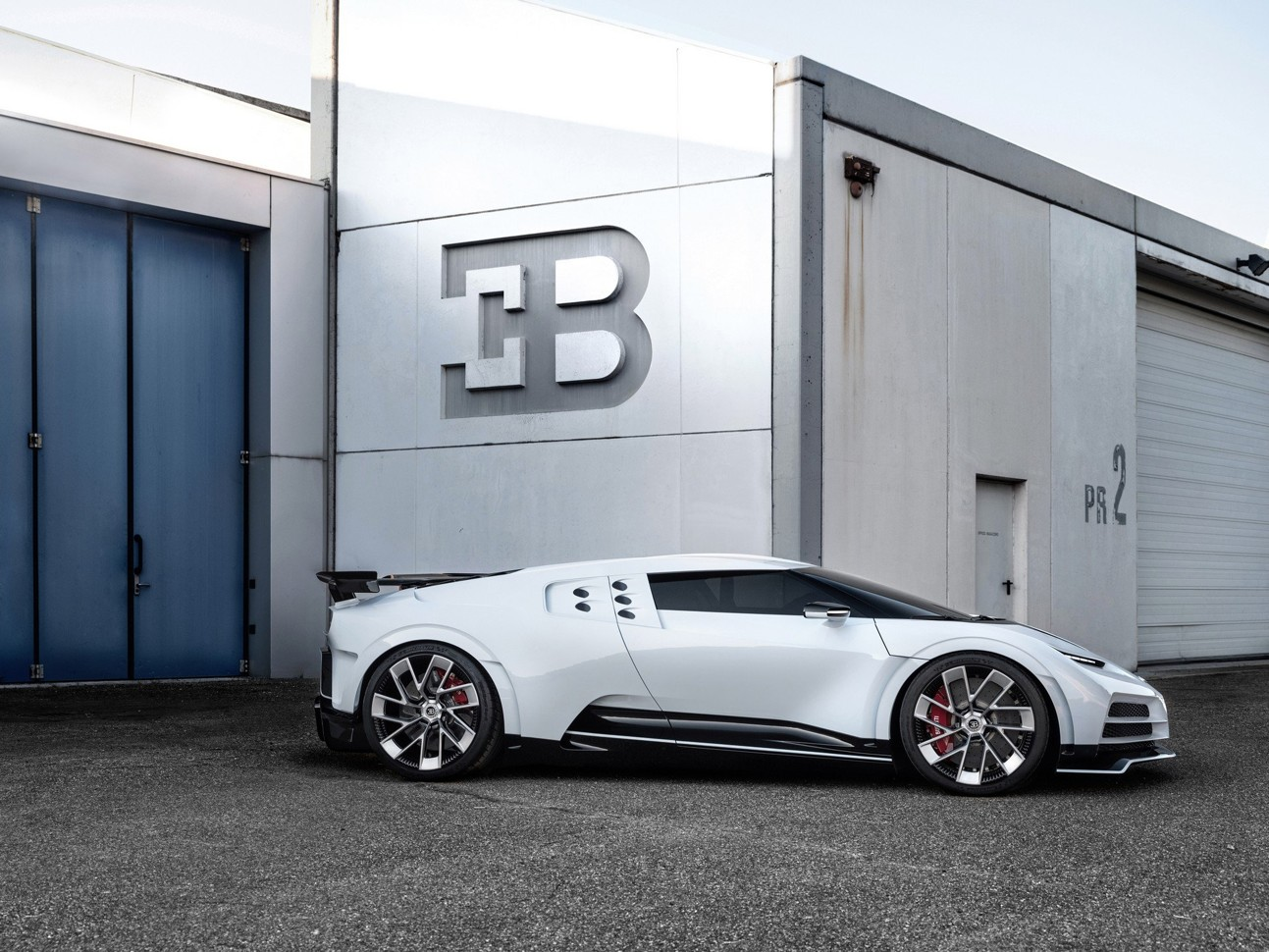 Показан автомобиль за 8 млн евро: фото Bugatti Centodieci 1