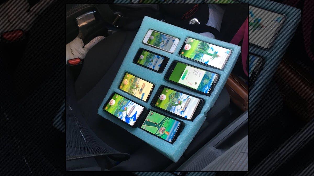 Полицейские остановили водителя, ловившего покемонов на 8 телефонов 1