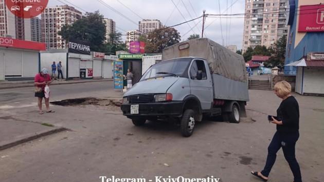 В Киеве грузовик ушел под землю 2