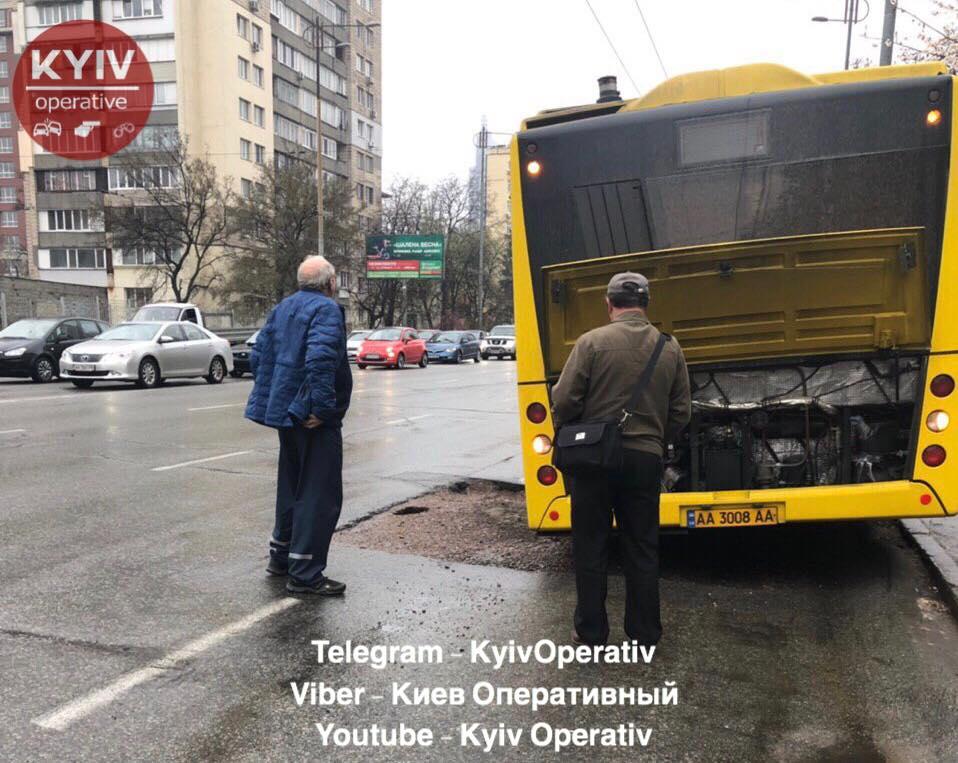 В Киеве грузовик ушел под землю 3