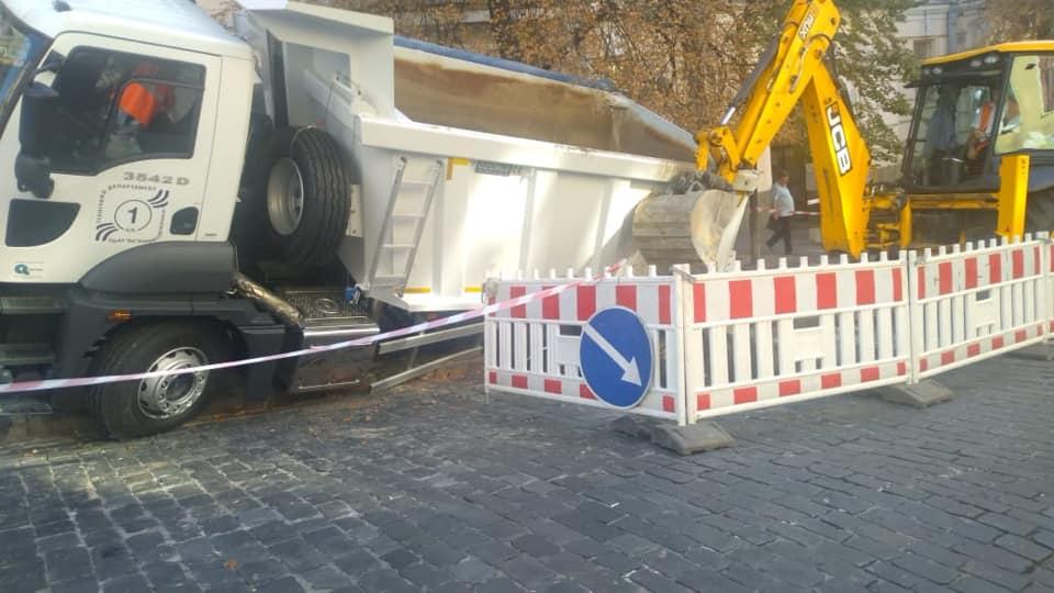 В Киеве грузовик ушел под землю 1