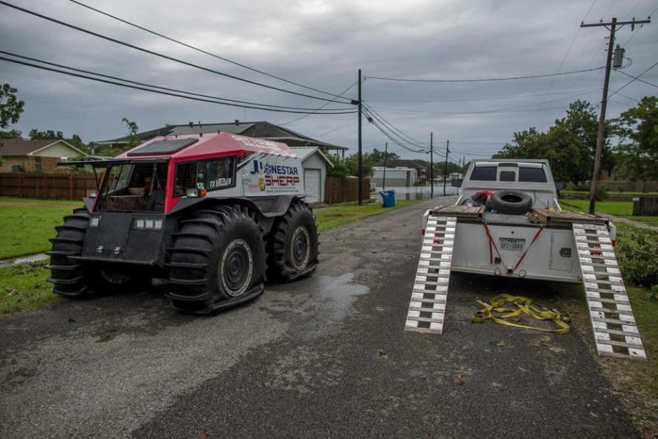 Украинский автомобиль спасает пострадавших от урагана Дориан 1