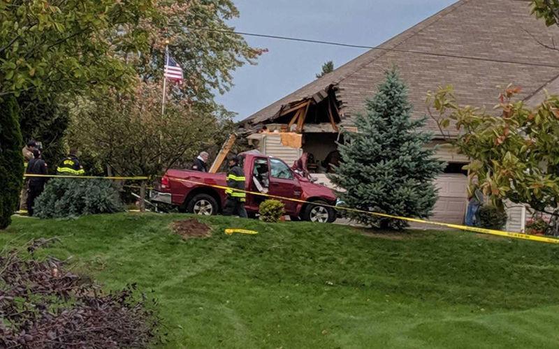 Водитель пикапа умудрился приземлиться на крышу дома 1