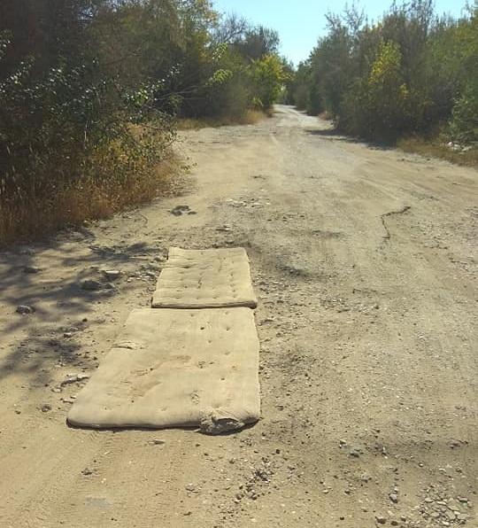 «Нанотехнологии по-украински»: ямы на дороге заделали матрасами 2