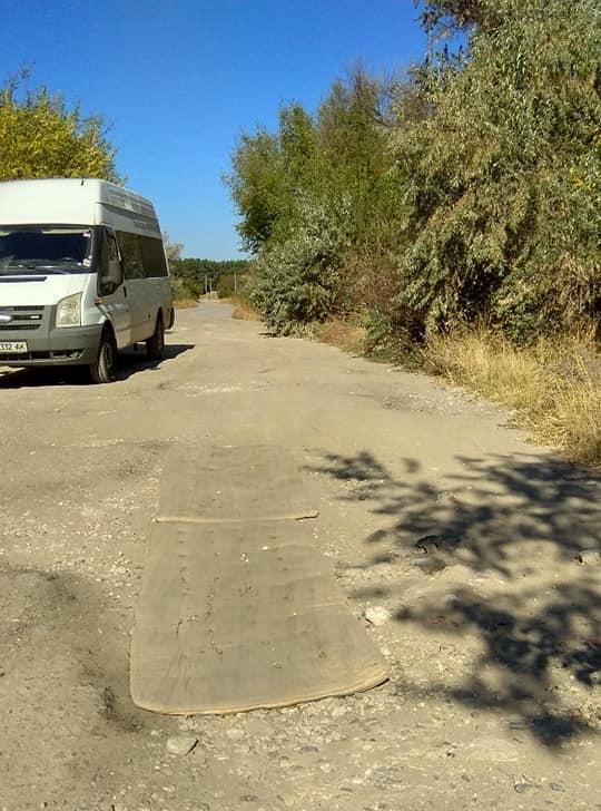 «Нанотехнологии по-украински»: ямы на дороге заделали матрасами 1