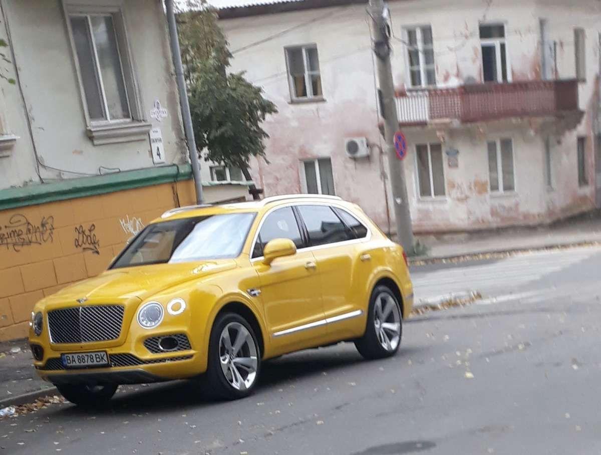 Контраст по-украински: роскошный Bentley Bentayga на фоне серых «сталинок» 1