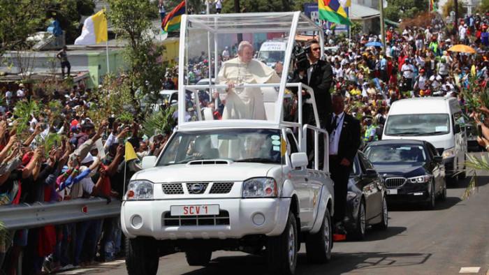 Папа Римский прокатился на Nissan 1