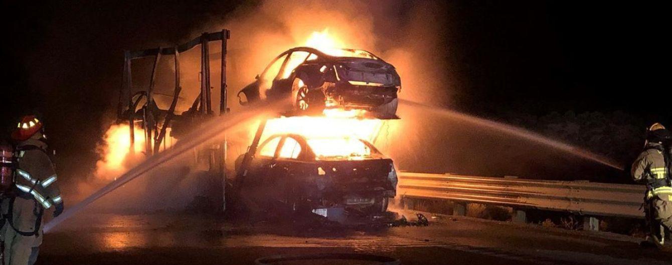 В США сгорел автовоз, наполненный электрокарами Tesla 1