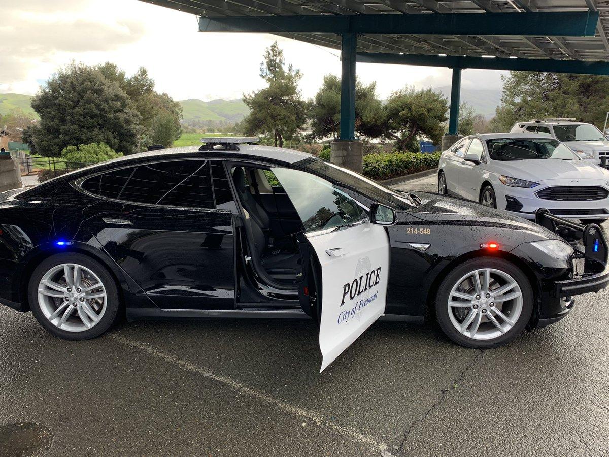 Электрокар Tesla «подставил» американских полицейских 1
