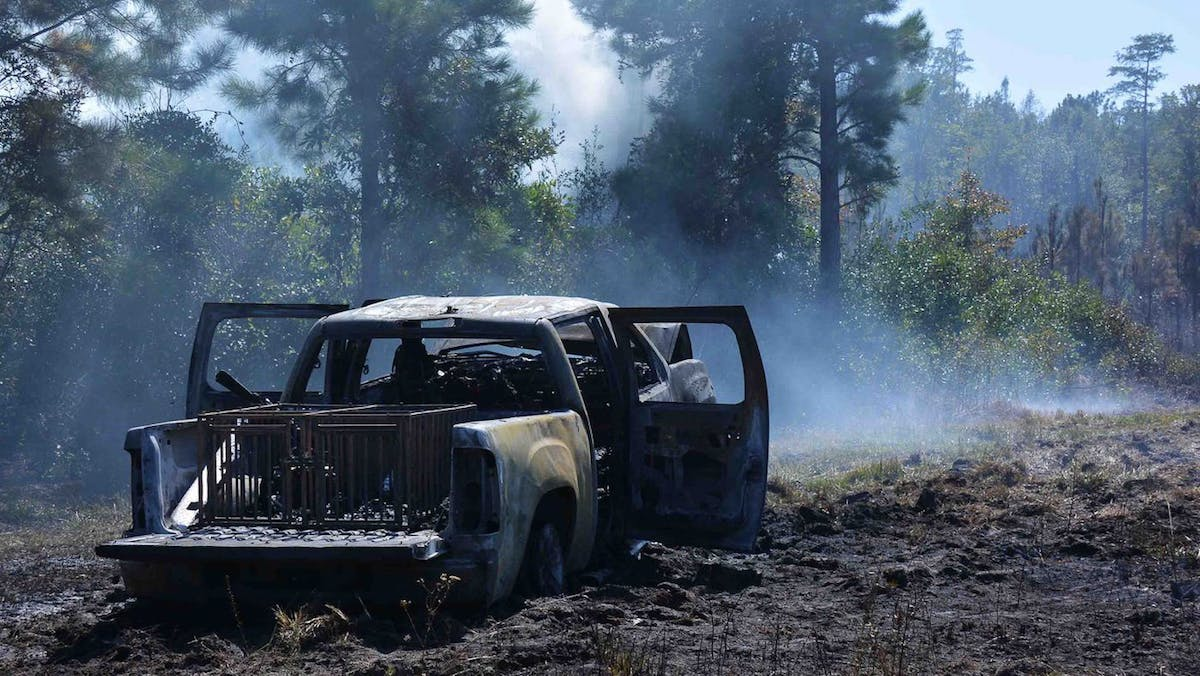 Охотники сожгли два гектара леса, пытаясь спасти застрявший пикап 1
