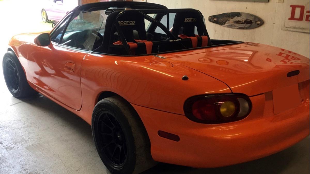 Mazda MX-5 с торчащим из-под капота мотором выставили на продажу 2