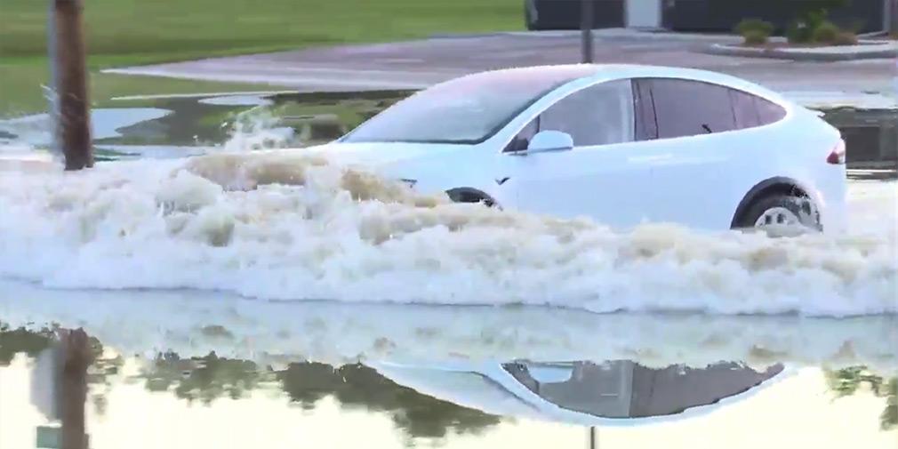 Кроссовер Tesla справился с наводнением 2