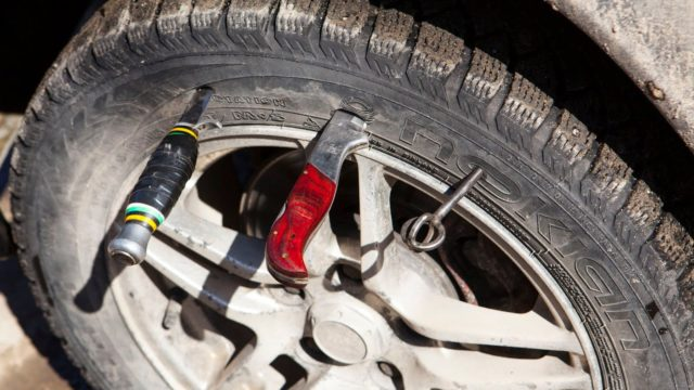 Как накачать шину без насоса 1