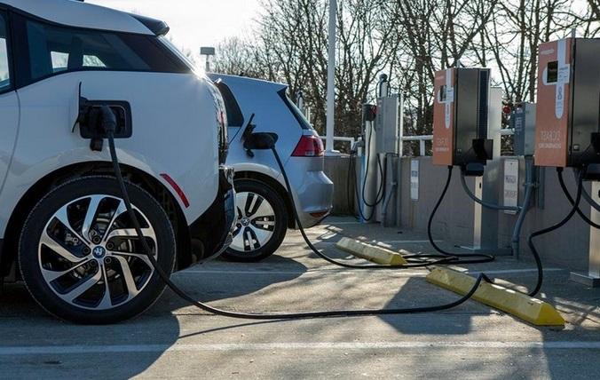Почти половина водителей считают, что электромобили заправляют бензином 1