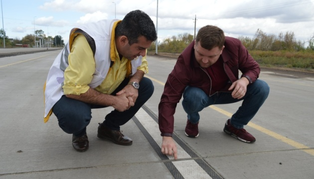 На первой в Украине «бетонке» наносят инновационную размету 1