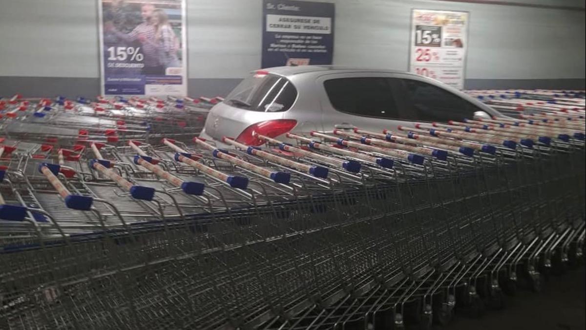 Работники супермаркета проучили наглого водителя 1