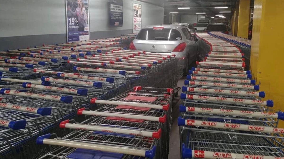 Работники супермаркета проучили наглого водителя 2