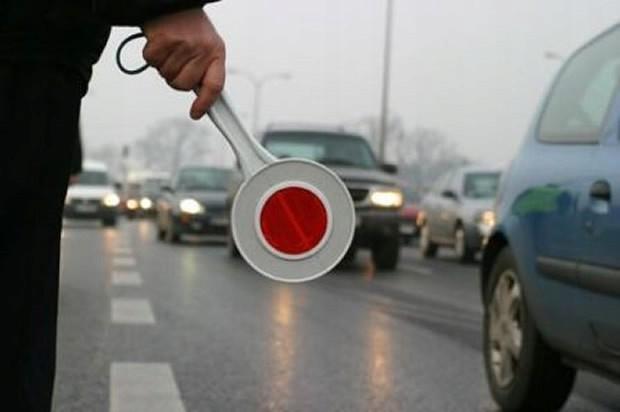 Имеет ли право полицейский останавливать автомобиль жезлом 1
