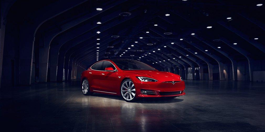 Илон Маск подарил Лукашенко Tesla Model S 1