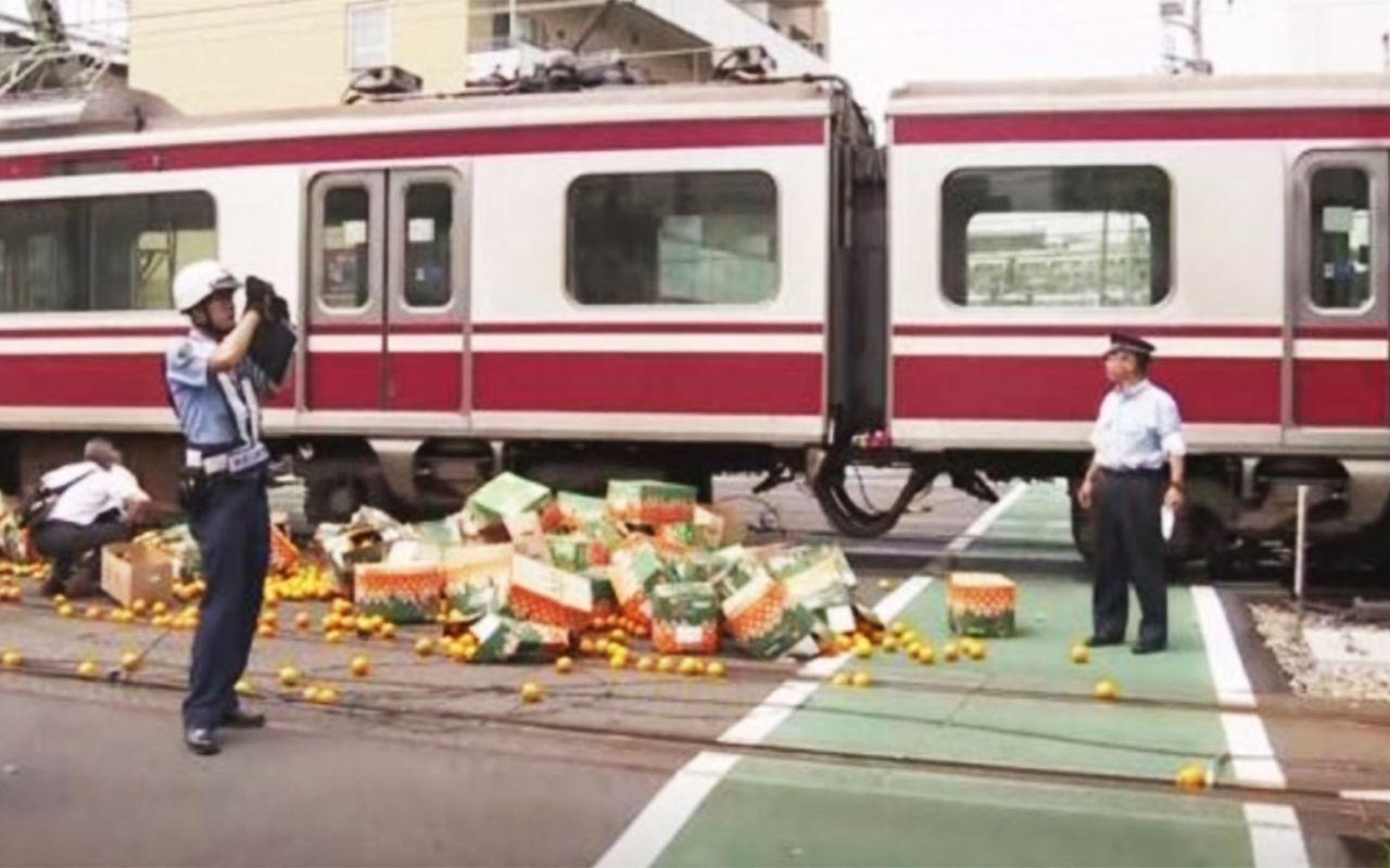 Поезд на скорости 120 км/ч снес грузовик с апельсинами 1