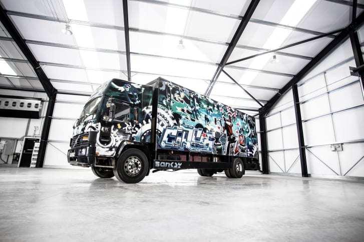 Разрисованный граффити грузовик Volvo оценили в $2 млн 1