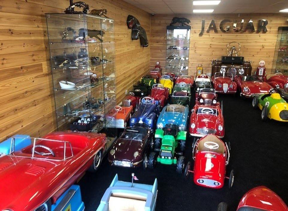 Крупнейшую коллекцию копий старинных автомобилей выставили на продажу 1