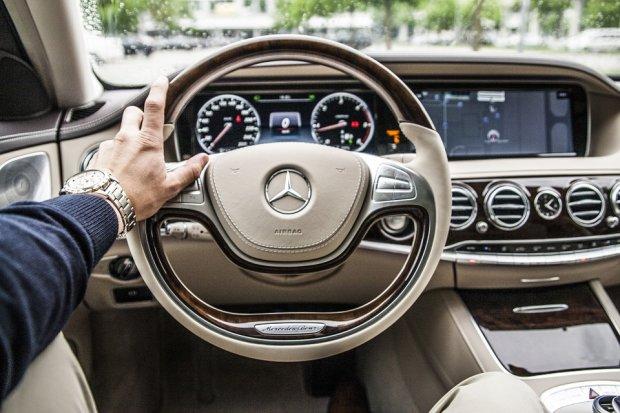 Концерн Mercedes обвинили в слежке за водителями 1