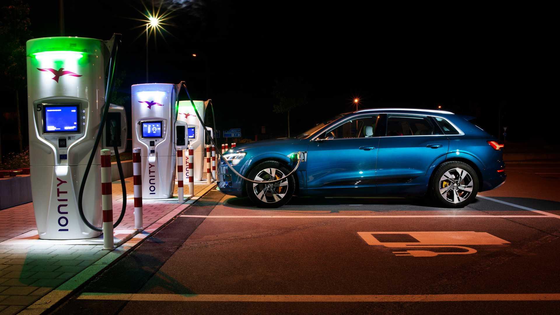 Кроссовер Audi e-tron пересек 10 границ за сутки 1