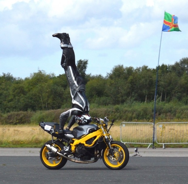 Британец установил рекорд скорости, стоя вверх ногами на мотоцикле 1