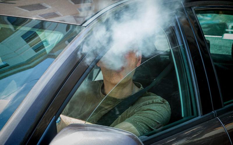 Водителей будут штрафовать на 1500 евро за курение в автомобиле 1