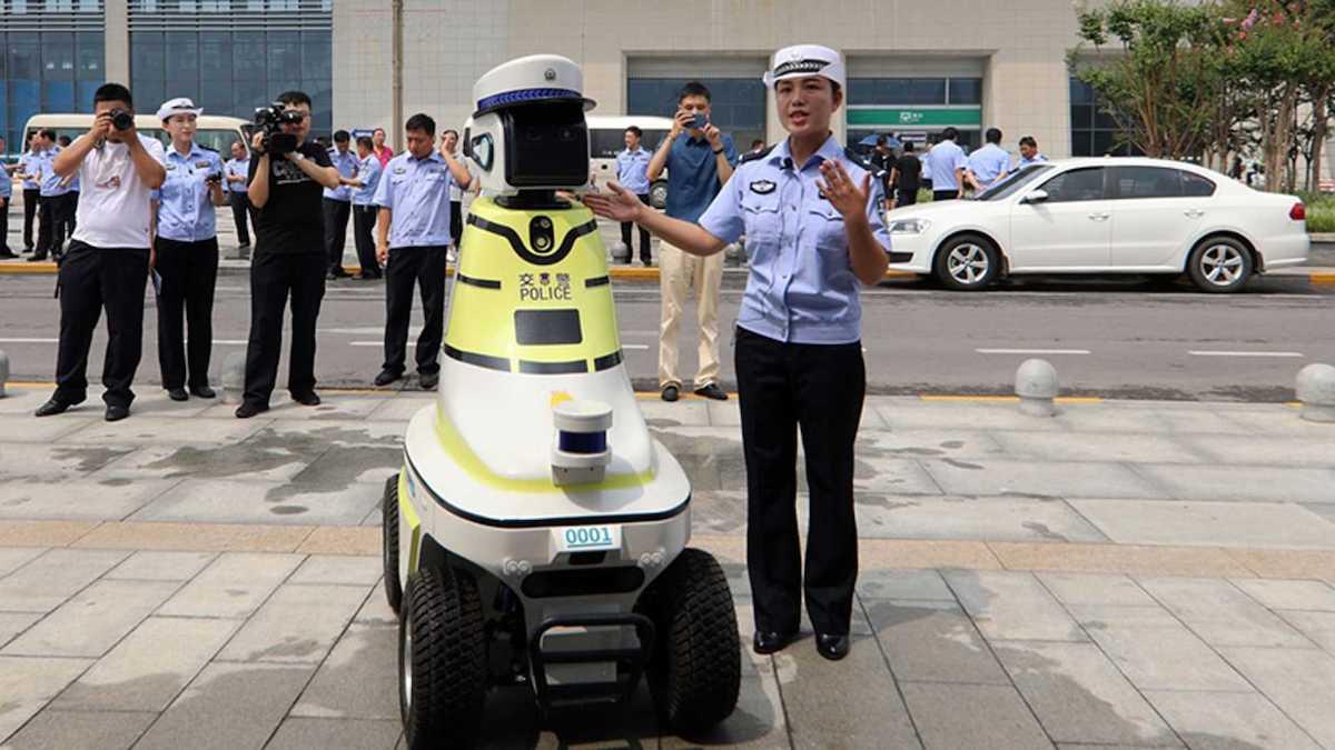 Роботы-полицейские на колёсах появились на улицах Китая 1