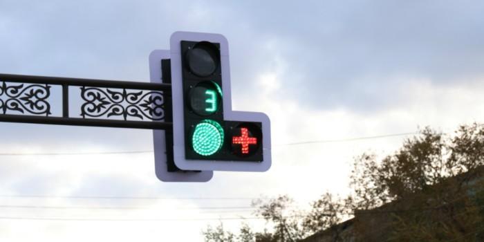 Что означает светофор с дополнительной секцией «красный плюс» 1