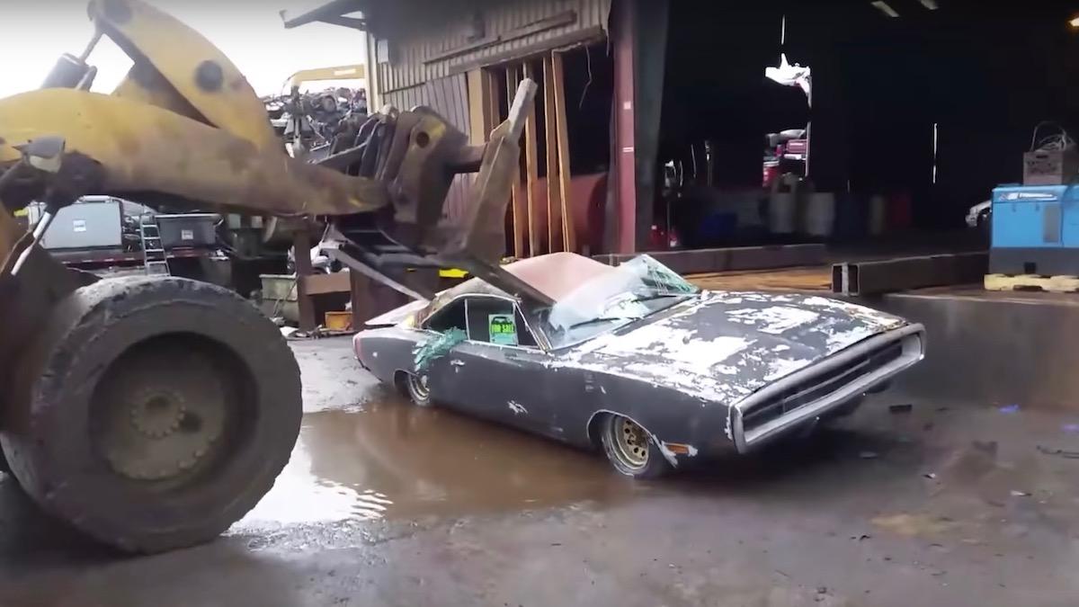 Владелец уничтожил свой Dodge Charger бульдозером, потому что не смог его продать 2