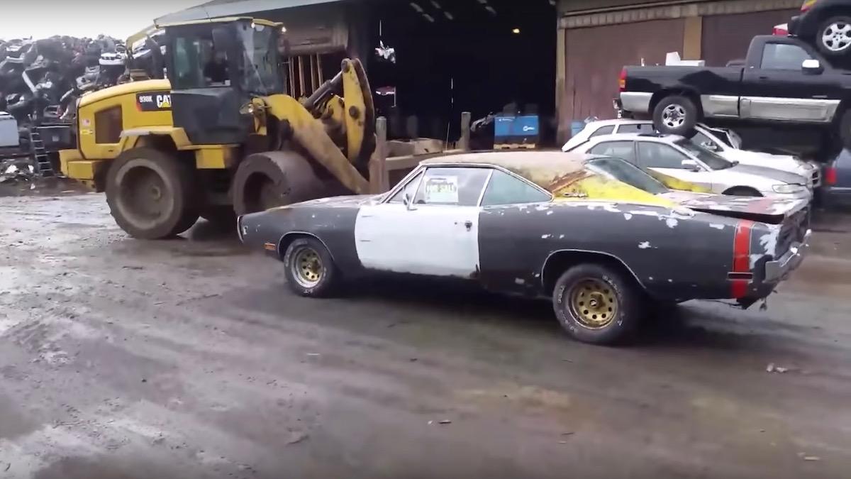 Владелец уничтожил свой Dodge Charger бульдозером, потому что не смог его продать 1