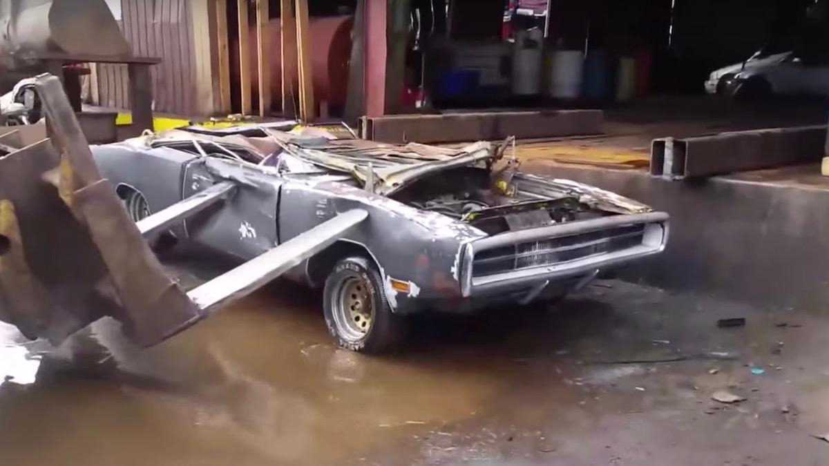 Владелец уничтожил свой Dodge Charger бульдозером, потому что не смог его продать 3