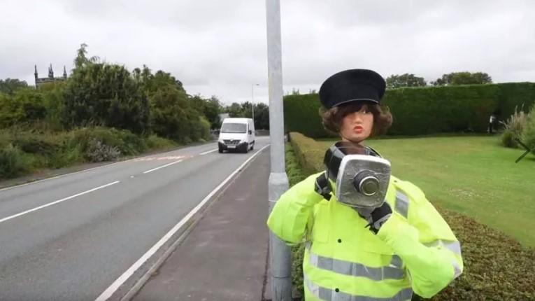 Британка пугает водителей чучелом Спидо 1