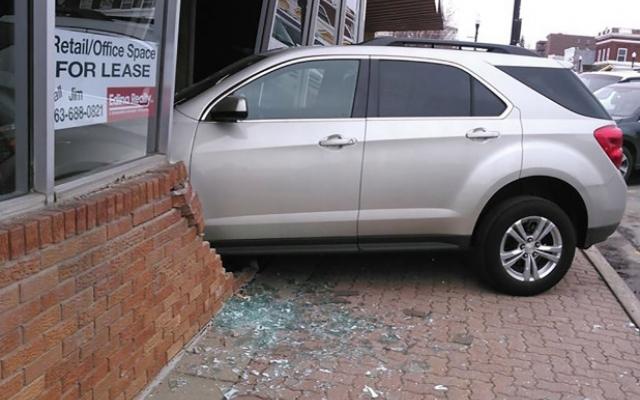 «Автоледи» протаранила здание во время сдачи экзамена по вождению 1