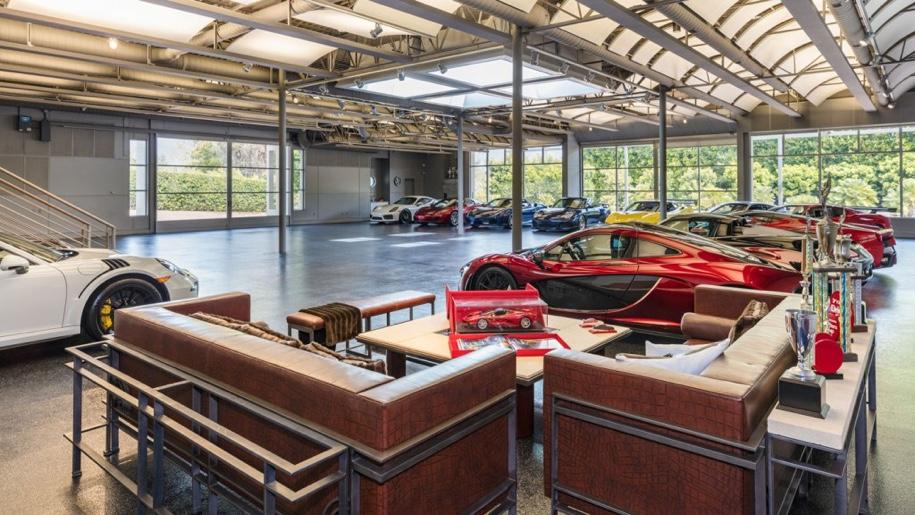 «Умный» гараж с коллекцией суперкаров выставили на торги 1
